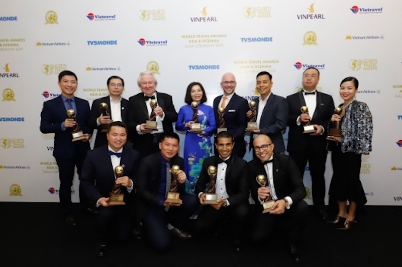 Đại diện các hệ thống khách sạn, khu nghỉ dưỡng của Sun Group nhận giải thưởng.